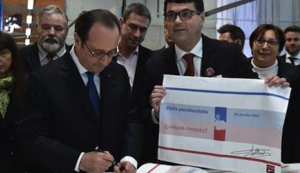 Le-Président-de-la-République-dédicace-un-set-de-table-labellisé-Vosges-terre-textile
