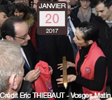 Vosges-terre-textile-offre-un-gilet-rose-et-une-navette-dorée-au-Président-de-la-République