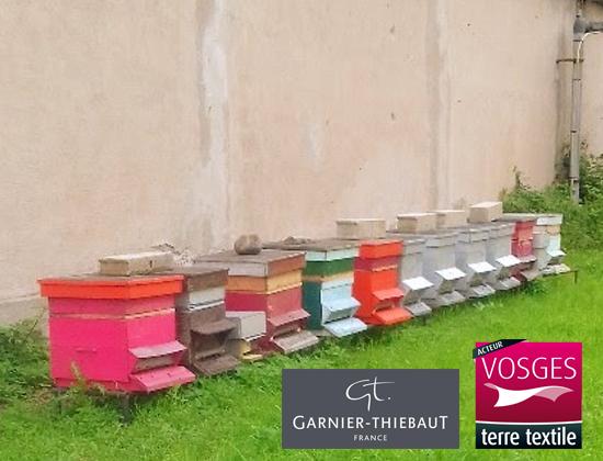 Pour prouver que son usine n'est pas polluante, Garnier-Thiebaut installe des ruches aux abords de son atelier d'ennoblissement