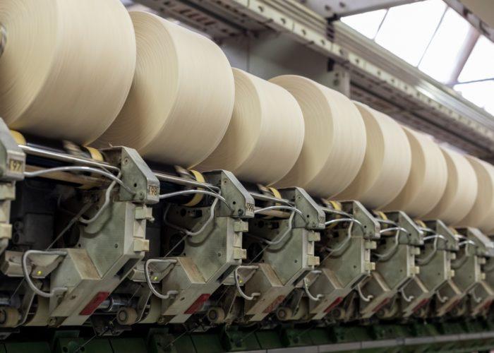 Une fois le ruban formé, il est étiré pour obtenir un fil qui s'enroule sur des bobines.